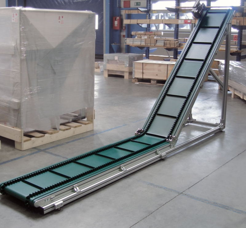 Horizontal incline cleated belt conveyor