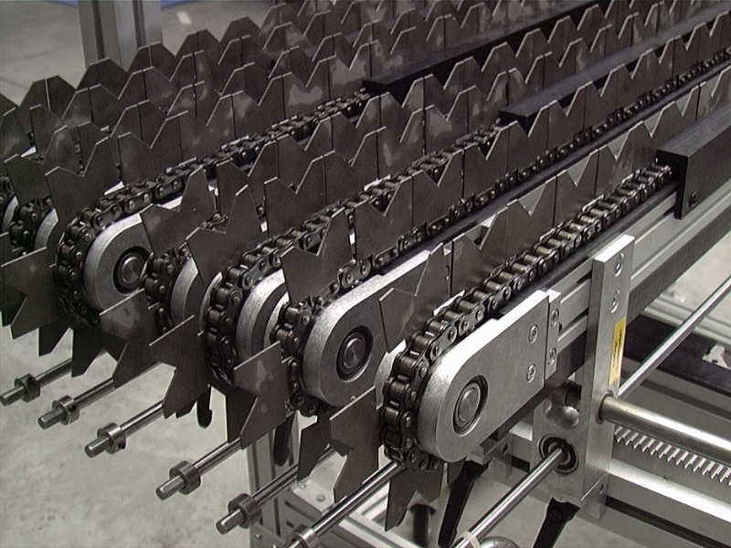 Attachment chain conveyor with v-shape attachments