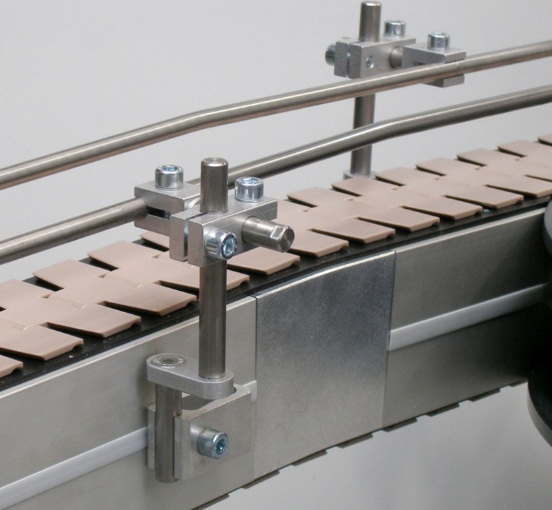 Flat top chain conveyor with side rails