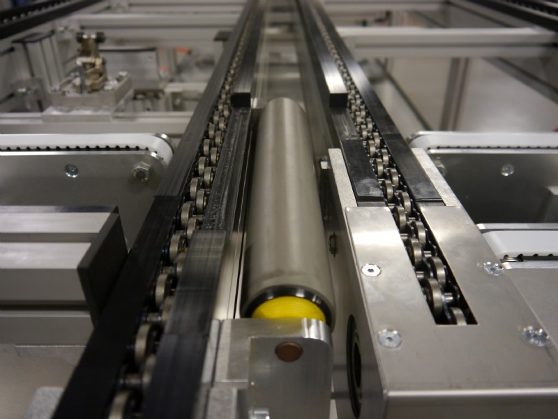 Accumulating roller chain conveyor