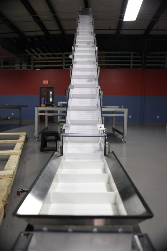White cleated incline belt conveyor