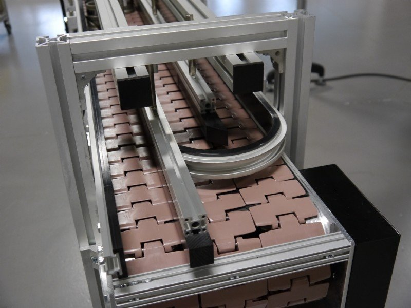 Flat top chain conveyor as a bi-flow table