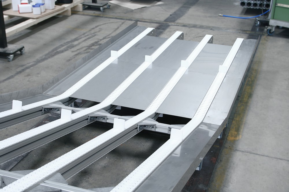 Flexible chain conveyor in multi lanes with cleats