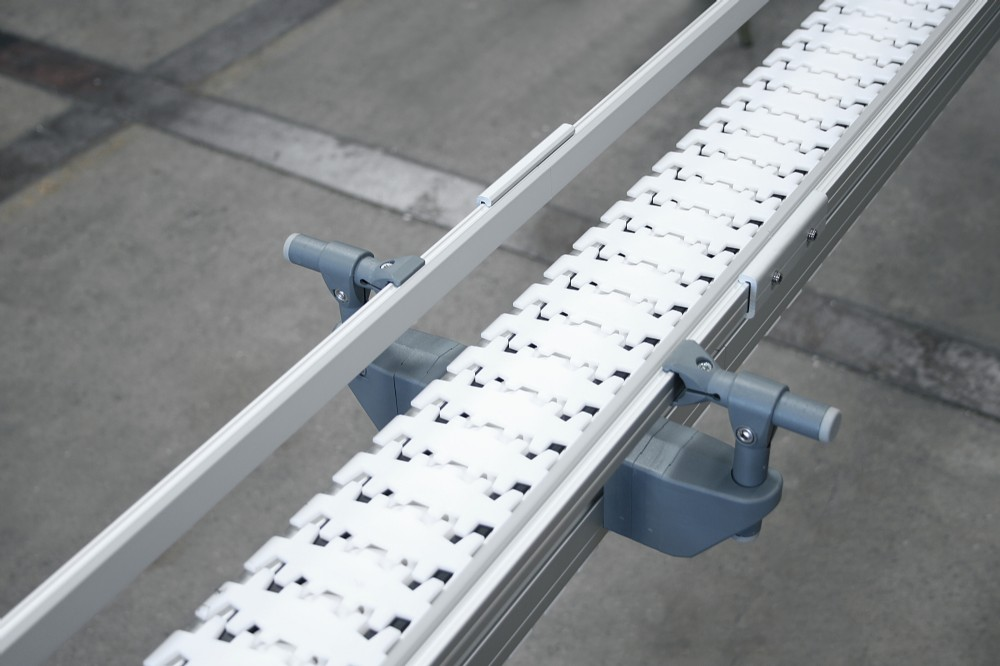 Side rails on a conveyor