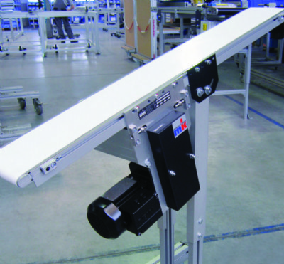 An inclined flat belt conveyor.